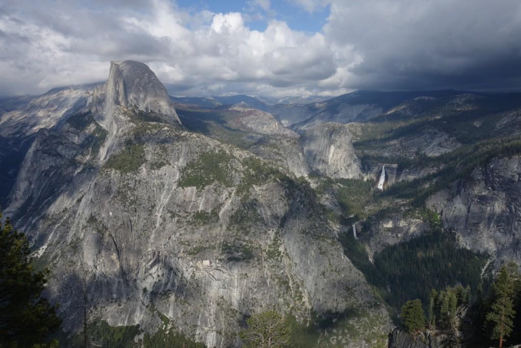 Half Dome a yosemitské údolí z Glacier Pointu