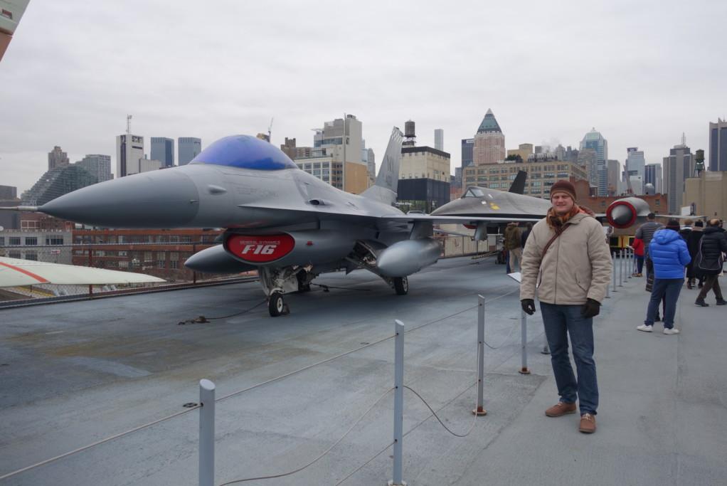F-16 a experimentální A-12 v pozadí