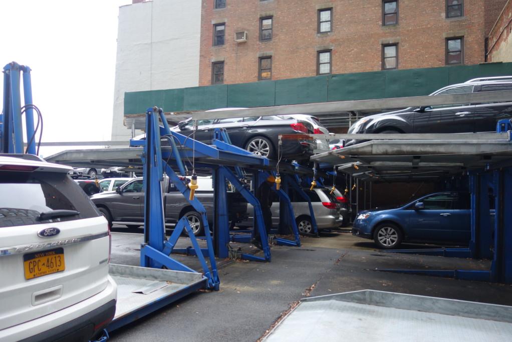 V NYC se parkuje na patra i venku
